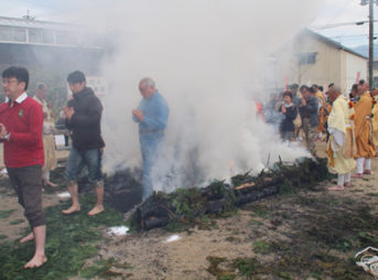 12.僧侶に続き参詣者も火渡り